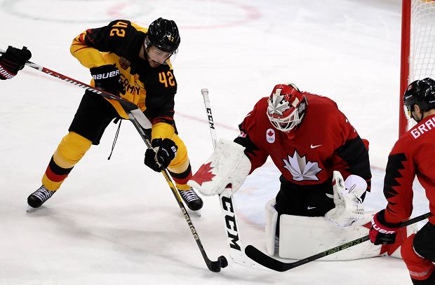 Yasin Ehliz (42), of Germany, shoots at goalie Kevin Poulin (31), of Canada, during the second period of the semifinal round of the men's hockey game at the 2018 Winter Olympics in Gangneung, South Korea, Friday, Feb. 23, 2018. (AP Photo/Frank Franklin II) SLOWA KLUCZOWE: 2018 Pyeongchang Olympic Games;Winter Olympic games;Sports;Events;XXIII Olympiad