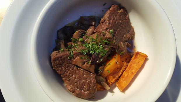 Duszona wołowina z koniakiem, brunatnymi pieczarkami oraz słodkimi ziemniakami z gałką muszkatołową