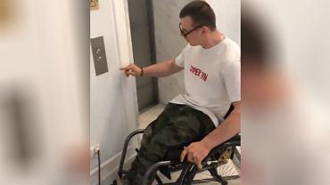 """""""Nieludzkie traktowanie"""". Niepełnosprawni w Sejmie nie mogą jeździć windą"""