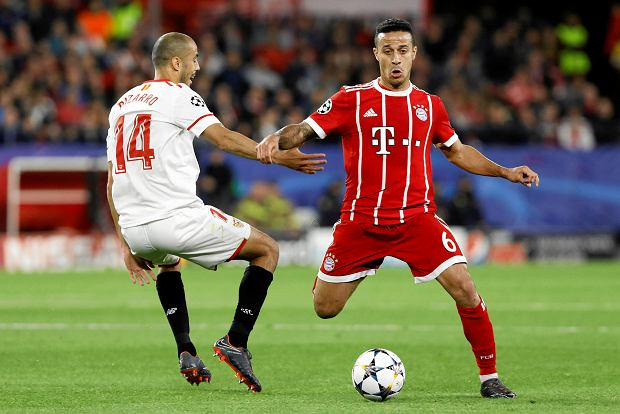 Sevilla's Guido Pizarro, left, and Bayern's Thiago challenge for the ball during the Champions League quarter final first leg soccer match between Sevilla FC and FC Bayern Munich at the Sanchez Pizjuan stadium in Seville, Spain, Tuesday, April 3, 2018. (AP Photo/Miguel Morenatti) SLOWA KLUCZOWE: XCHAMPIONSLEAGUEX