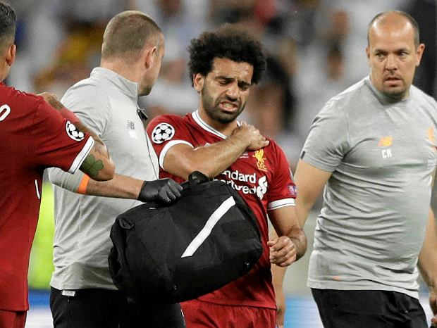 Liverpool's Mohamed Salah grimaces as he leaves after injuring himself during the Champions League Final soccer match between Real Madrid and Liverpool at the Olimpiyskiy Stadium in Kiev, Ukraine, Saturday, May 26, 2018 (AP Photo/Matthias Schrader) SLOWA KLUCZOWE: XCHAMPIONSLEAGUEX