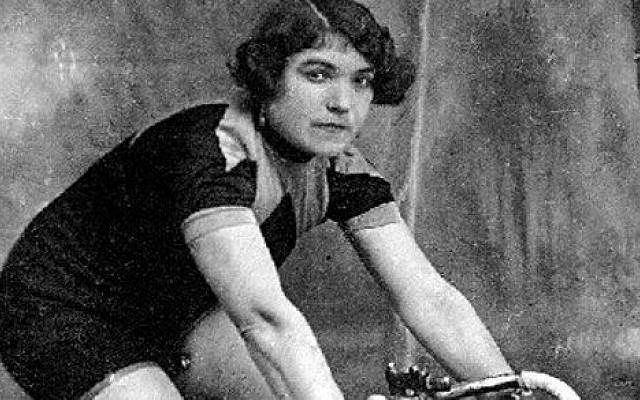 """Nazywali ją """"diabłem w wełnianych spodenkach"""". Kim była pierwsza kobieta, która wystartowała w Giro d'Italia?"""