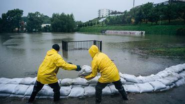 Worki z piaskiem w oknach, zalane ulice. Gdańsk od dawna nie walczył z tak wielką wodą [ZDJĘCIA]