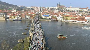Słynny aktor spadł z mostu Karola. Zauważyli go Polacy na wycieczce