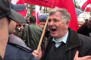 """Poseł PO z kamerą między zwolennikami PiS. """"Na szubienicę z nim!"""""""