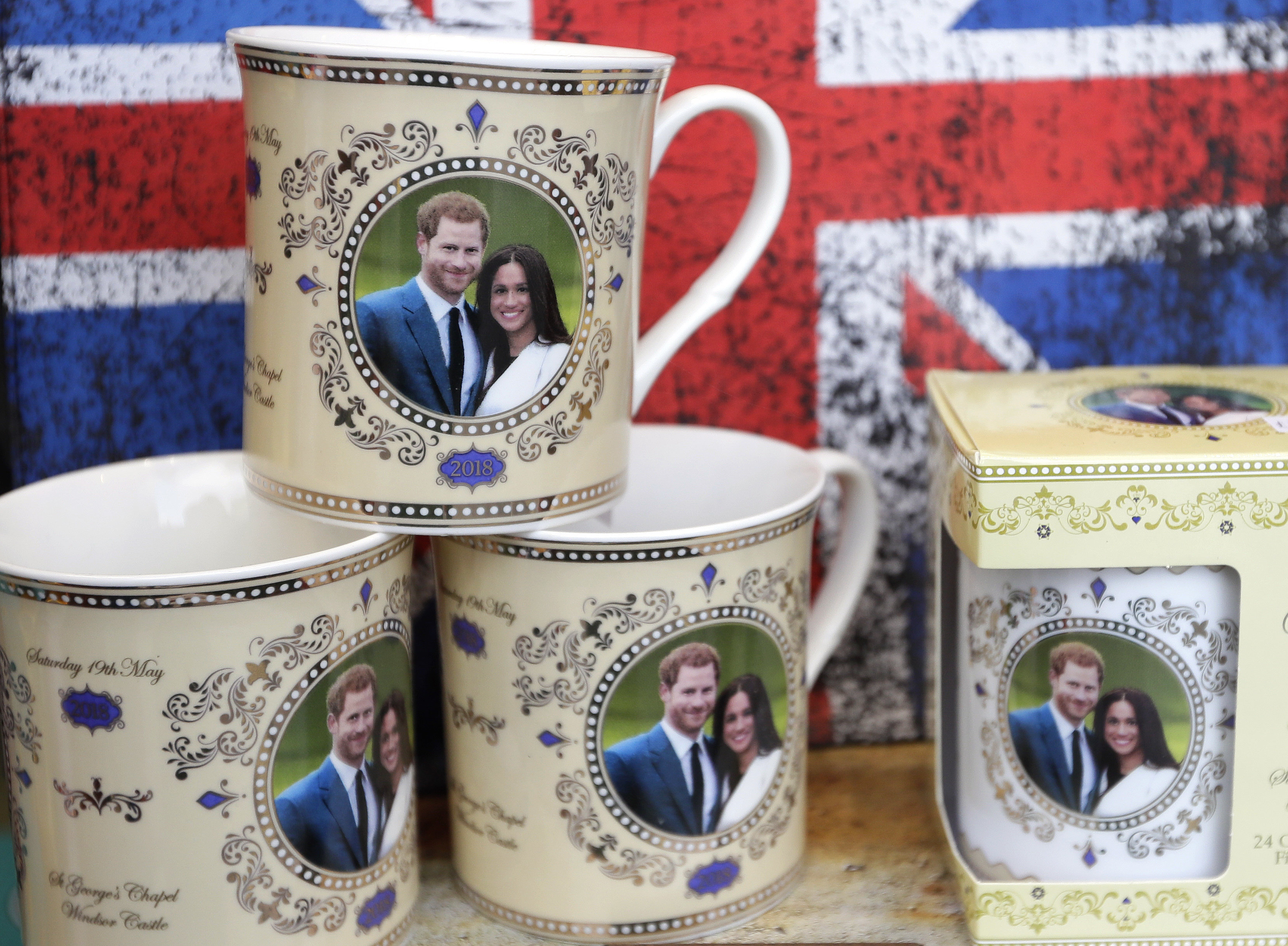 Pamiątki z podobiznami księcia Harry'ego i Meghan Markle (AP Photo / Kirsty Wigglesworth)