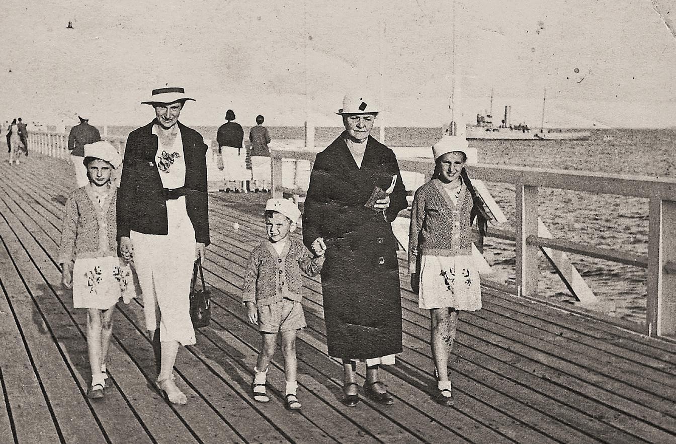 Wakacje w Orłowie, 1937 r. Od lewej: 'Paulinka' z mamą, jej brat Witold z guwernantką - mademoiselle Destude de Blanay, i Marysia (fot. materiały prasowe)