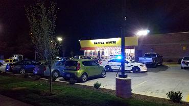 Nagi napastnik wbiegł do restauracji. Zastrzelił trzy osoby i uciekł