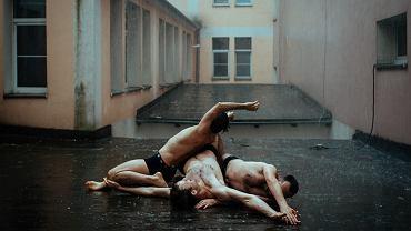 Teatr to miejsce grzecznych ludzi i oklepanych scen? Błąd! Polski teatr kipi od seksu i emocji