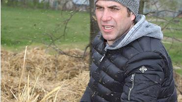 Marcin Dorociński przerzuca siano i karmi świnie, a to nie koniec. Odważnie!