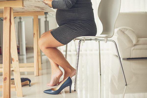 Tak ciąża i poród zmieniają ciało matki. W ciąży ma większe stopy, a po urodzeniu - mózg