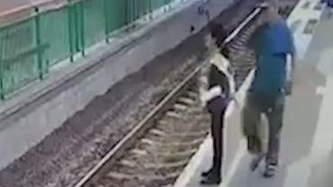 Kobieta podchodzi do krawędzi peronu na dworcu. Nagle mężczyzna ją popycha