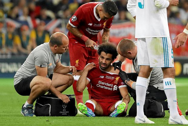 Liverpool's Mohamed Salah gets medical treatment during the Champions League Final soccer match between Real Madrid and Liverpool at the Olimpiyskiy Stadium in Kiev, Ukraine, Saturday, May 26, 2018. (AP Photo/Sergei Grits) SLOWA KLUCZOWE: XCHAMPIONSLEAGUEX