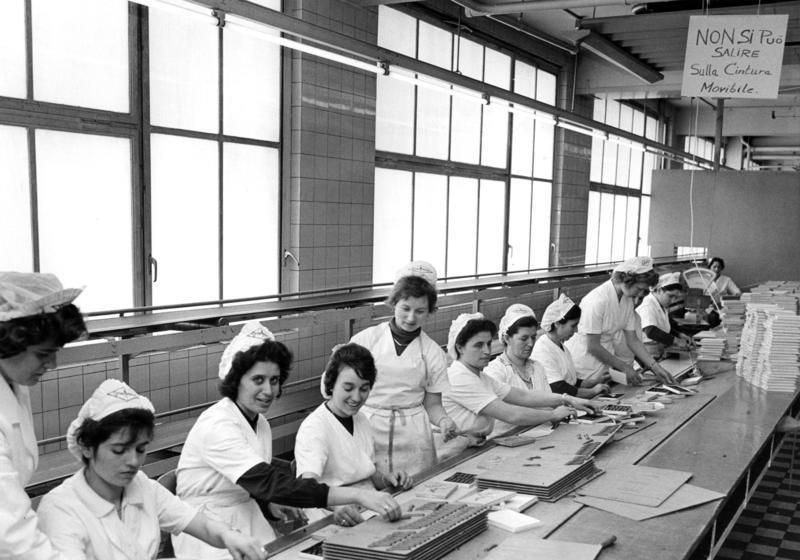 W latach 60. i 70. w Niemczech pustki na rynku pracy zapełniali gastarbeiterzy. Na zdjęciu pracownice pochodzące z Włoch w trakcie pracy w niemieckiej fabryce czekolady (fot. Rolf Unterberg / Bundesarchiv)