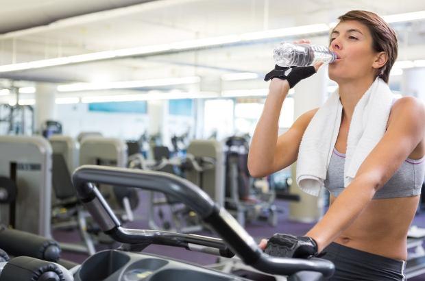 W trakcie treningu aerobowego należy pamiętać o odpowiednim nawodnieniu organizmu.