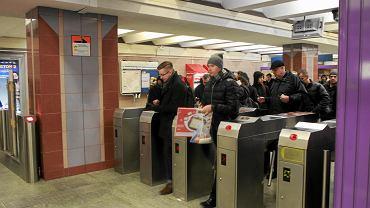 Wejścio-wyjścia z metra. Z trudem unika się tu zderzenia. Kto je wymyślił?