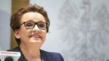 Limuzyna minister na miejscu dla niepełnosprawnych. Przed szkołą integracyjną