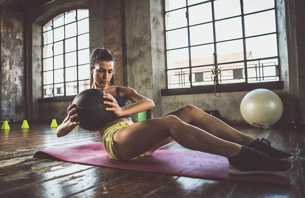 Trening siłowy można wykonywać w domu lub na siłowni.