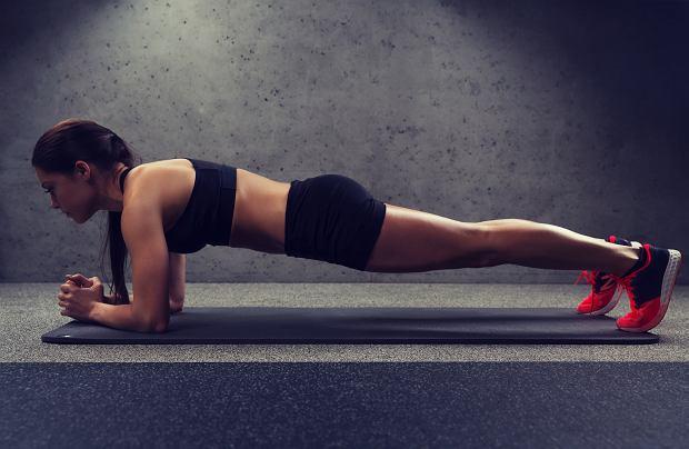 Plank to ćwiczenie, które angażuje do pracy wiele grup mięśni m.in. brzucha, ramion, pleców.