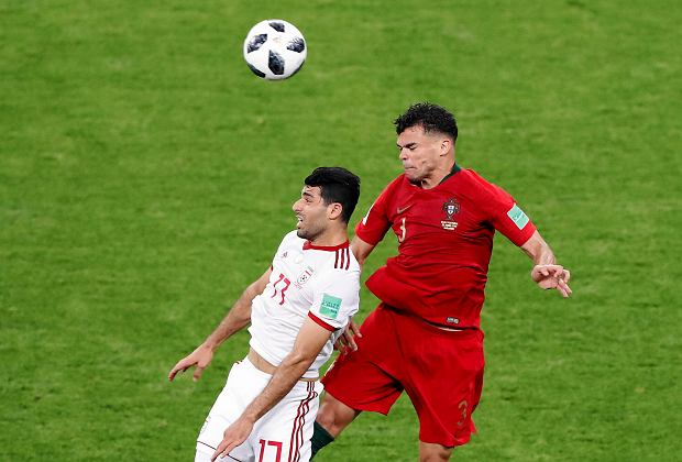 Iran's Mehdi Taremi, left, jumps for the ball with Portugal's Pepe during the group B match between Iran and Portugal at the 2018 soccer World Cup at the Mordovia Arena in Saransk, Russia, Monday, June 25, 2018. (AP Photo/Darko Bandic) SLOWA KLUCZOWE: WC2018PRT;WC2018IRN