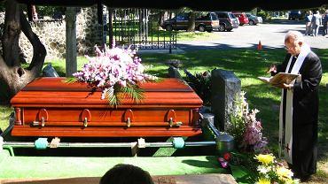 Tajemnicza żałobnica od 14 lat chodzi na wszystkie pogrzeby w parafii. Nakryli ją na stypie