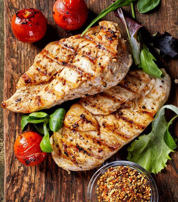 Wykonując regularnie trening siłowy i aerobowy należy pamiętać, żeby spożywać dobrze zbilansowane, bogate w białko posiłki.