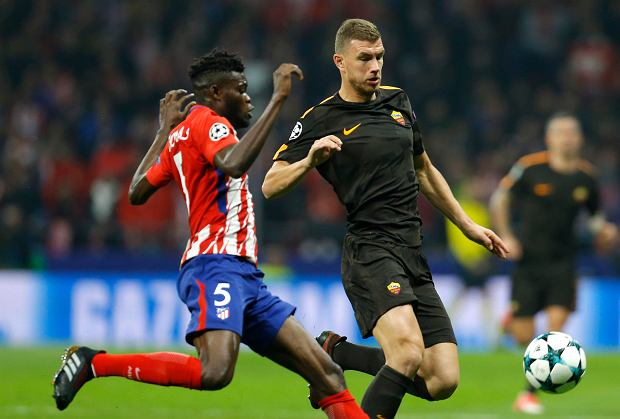 Roma's Edin Dzeko fights for the ball against Atletico's Thomas during a Champions League group C soccer match between Atletico Madrid and Roma at the Wanda Metropolitano stadium in Madrid, Wednesday, Nov. 22, 2017. (AP Photo/Francisco Seco) SLOWA KLUCZOWE: XCHAMPIONSLEAGUEX