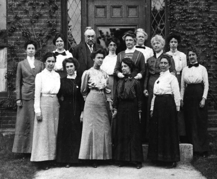 Pickering i jego 'harem' stoją naprzeciwko budynku Harvard College Observatory, 13 maja 1913 r. (fot. Harvard-Smithsonian Center for Astrophysics / Wikimedia.org / Domena publiczna)