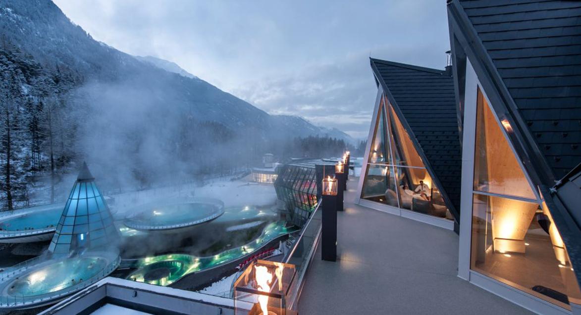 Zbudowany w wielkim stylu, posiadający wiele niezwykłych architektonicznych elementów AQUA DOME tworzy spektakularny, wodny świat.