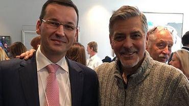 Morawiecki pokazuje zdjęcie z George'em Clooneyem. Ale ten podpis pod fotografią... Strzał w stopę?