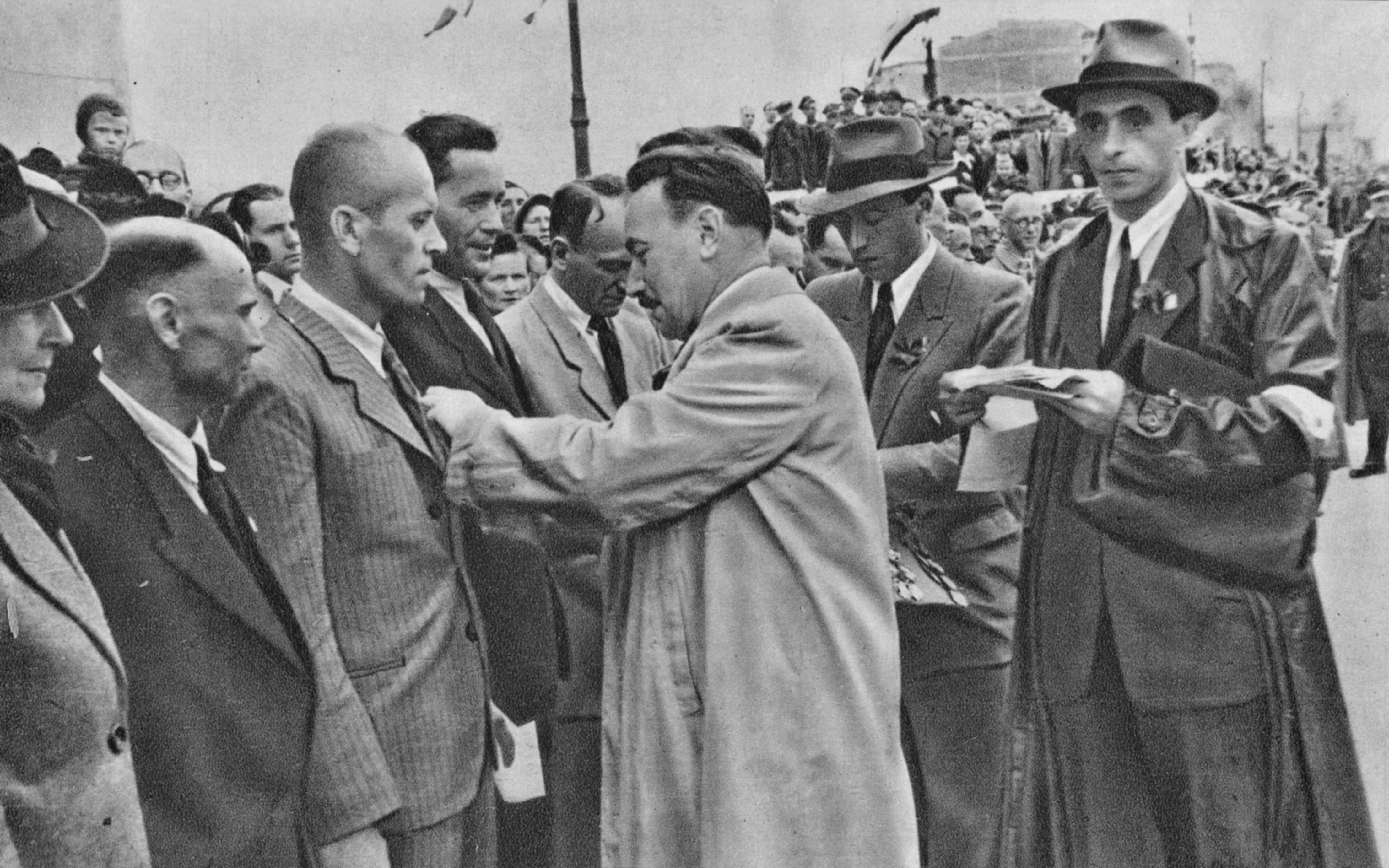 Bolesław Bierut dekoruje przodowników pracy na odbudowanym moście Poniatowskiego w Warszawie. 1946 rok (fot. J. Mierzanowski / Wikimedia.org / Domena publiczna)
