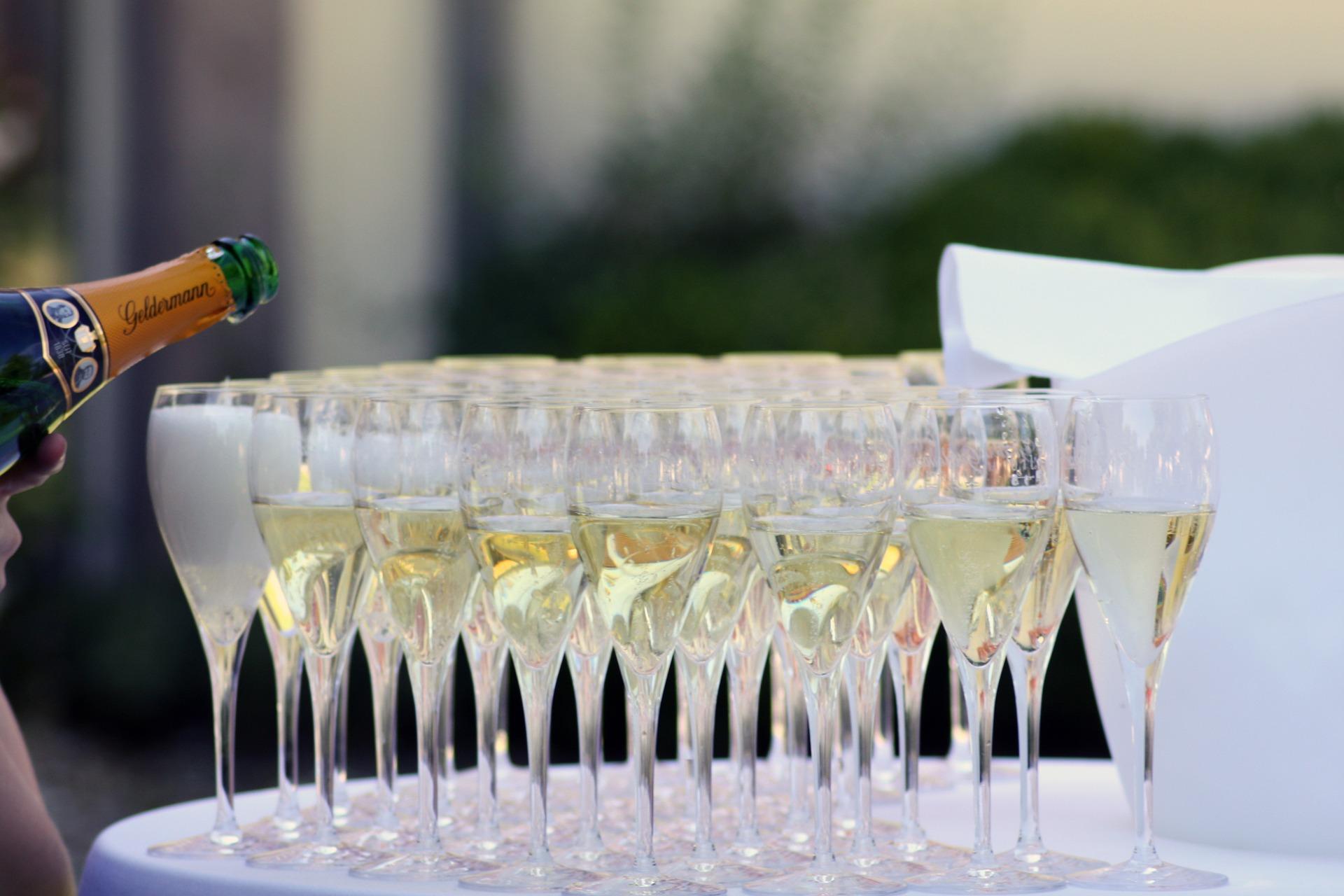 Jeśli nie znamy dobrze weselnego towarzysza, nie wiemy, czy nie pała on zbytnią miłość do alkoholu (fot. pixabay.com)