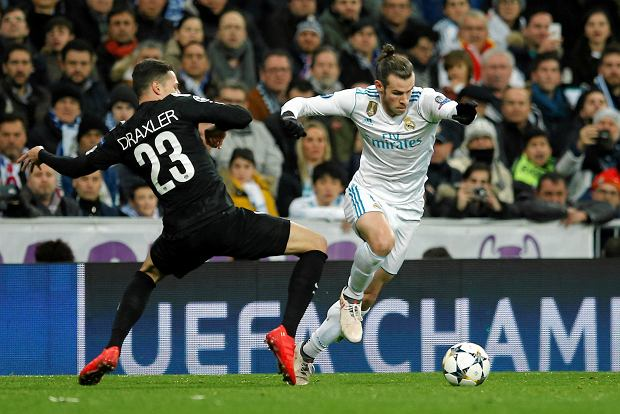 Real Madrid's Gareth Bale, right, challenges with PSG's Julian Draxler during the Champions League soccer match, round of 16, 1st leg between Real Madrid and Paris Saint Germain at the Santiago Bernabeu stadium in Madrid, Spain, Wednesday, Feb. 14, 2018. (AP Photo/Paul White) SLOWA KLUCZOWE: XCHAMPIONSLEAGUEX