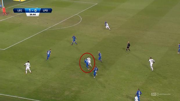 Przeciwko Lechowi gospodarze pokazali to, czego zabrakło im we wtorkowej porażce z Jagiellonią - grę bez piłki. Będąc przy piłce gracze Legii nie byli przywiązani stricte do swoich pozycji, starali się za wszelką cenę rozciągnąć obronę gości. W tej akcji lewoskrzydłowy Hamalainen ma piłkę w środku, a jego pozycję na boku zajął Eduardo. Marko Vesović zdobył gola praktycznie z pozycji środkowego napastnika. Radović dopóki miał na to siły, był bardzo aktywny we wszystkich strefach ataku.