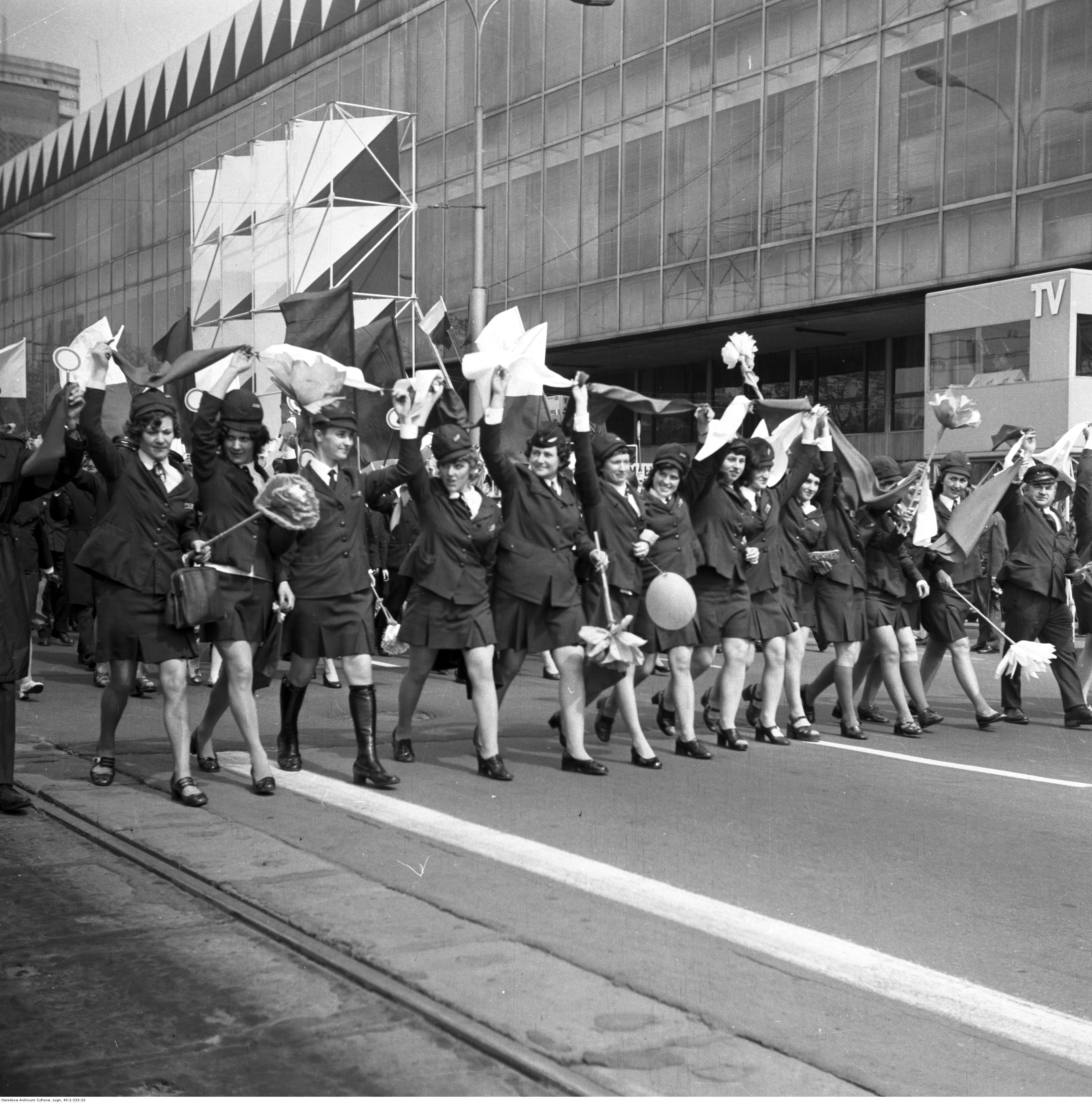 Pracownice PKP na pochodzie pierwszomajowym, 1973 r. (fot. Narodowe Archiwum Cyfrowe)