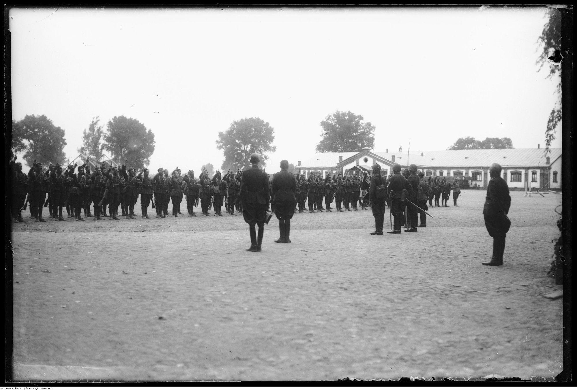 Przysięga świeżo zmobilizowanych polskich rekrutów, Garwolin, 30 sierpnia 1939 r. (fot. Narcyz Witczak-Witaczyński / Wikimedia.org / Domena publiczna)