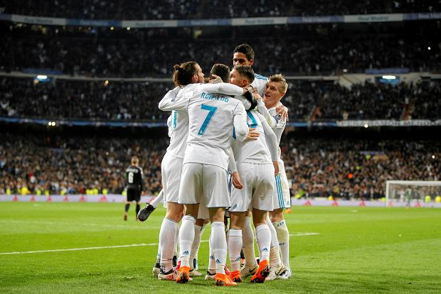 Real Madrid's players celebrate their side's 3rd goal with during the Champions League soccer match, round of 16, 1st leg between Real Madrid and Paris Saint Germain at the Santiago Bernabeu stadium in Madrid, Spain, Wednesday, Feb. 14, 2018. (AP Photo/Paul White) SLOWA KLUCZOWE: XCHAMPIONSLEAGUEX
