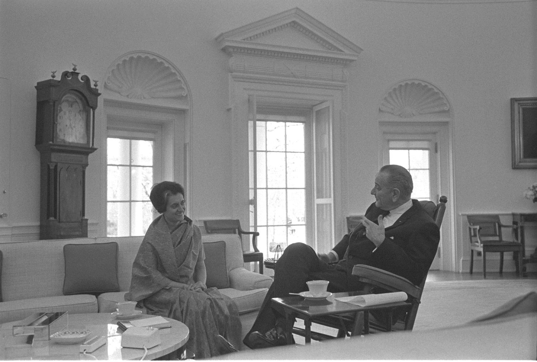 Indira Gandhi miała silną pozycję na arenie międzynarodowej. Na zdjęciu Gandhi na spotkaniu z Lyndonem B. Johnsonem w Białym Domu (fot. Wikimedia Commons)