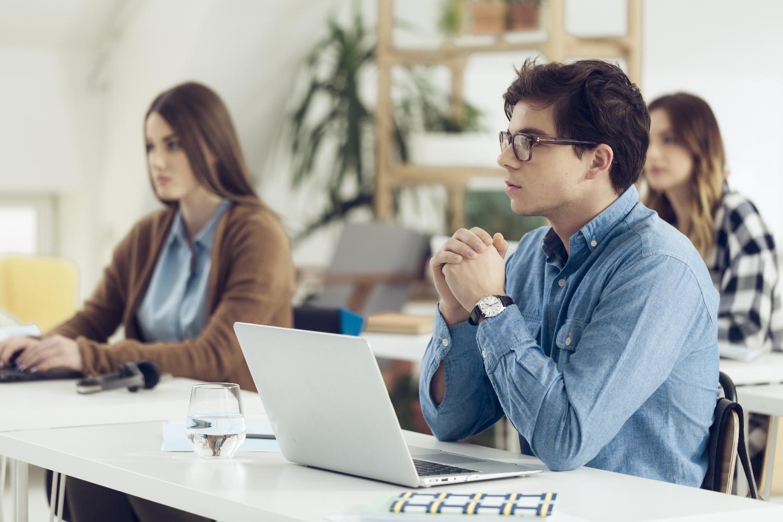 Seksistowskie uwagi i zachowania dotykają także mężczyzn (fot. shutterstock.com)