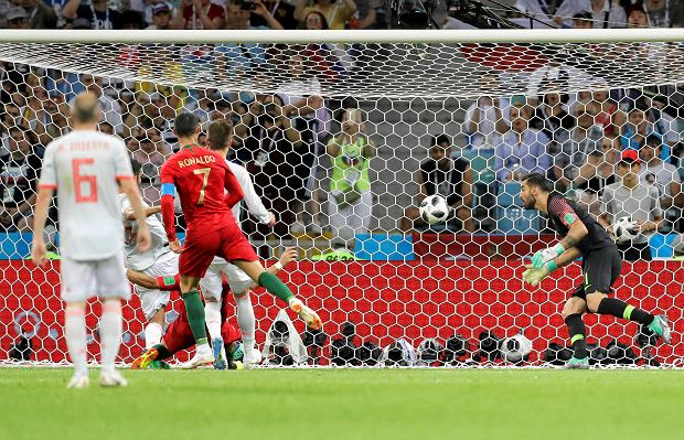 Portugal goalkeeper Rui Patricio, right, fails to save a goal by Spain's Diego Costa during the group B match between Portugal and Spain at the 2018 soccer World Cup in the Fisht Stadium in Sochi, Russia, Friday, June 15, 2018. (AP Photo/Sergei Grits) SLOWA KLUCZOWE: WC2018ESP;WC2018PRT