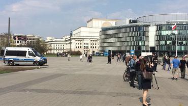 Nieustannie pilnują pomnika smoleńskiego? Policja: Radiowóz stoi pusty