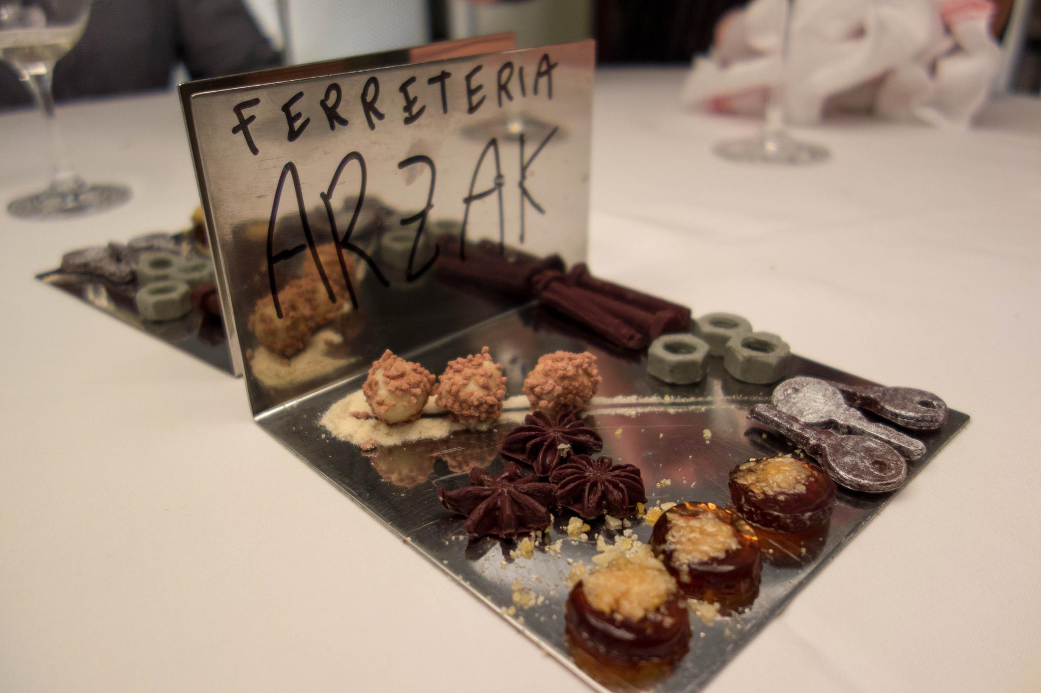 Czekoladki serwowane w restauracji Arzak (fot. Kent Wang / Flickr.com / CC BY-SA 2.0)