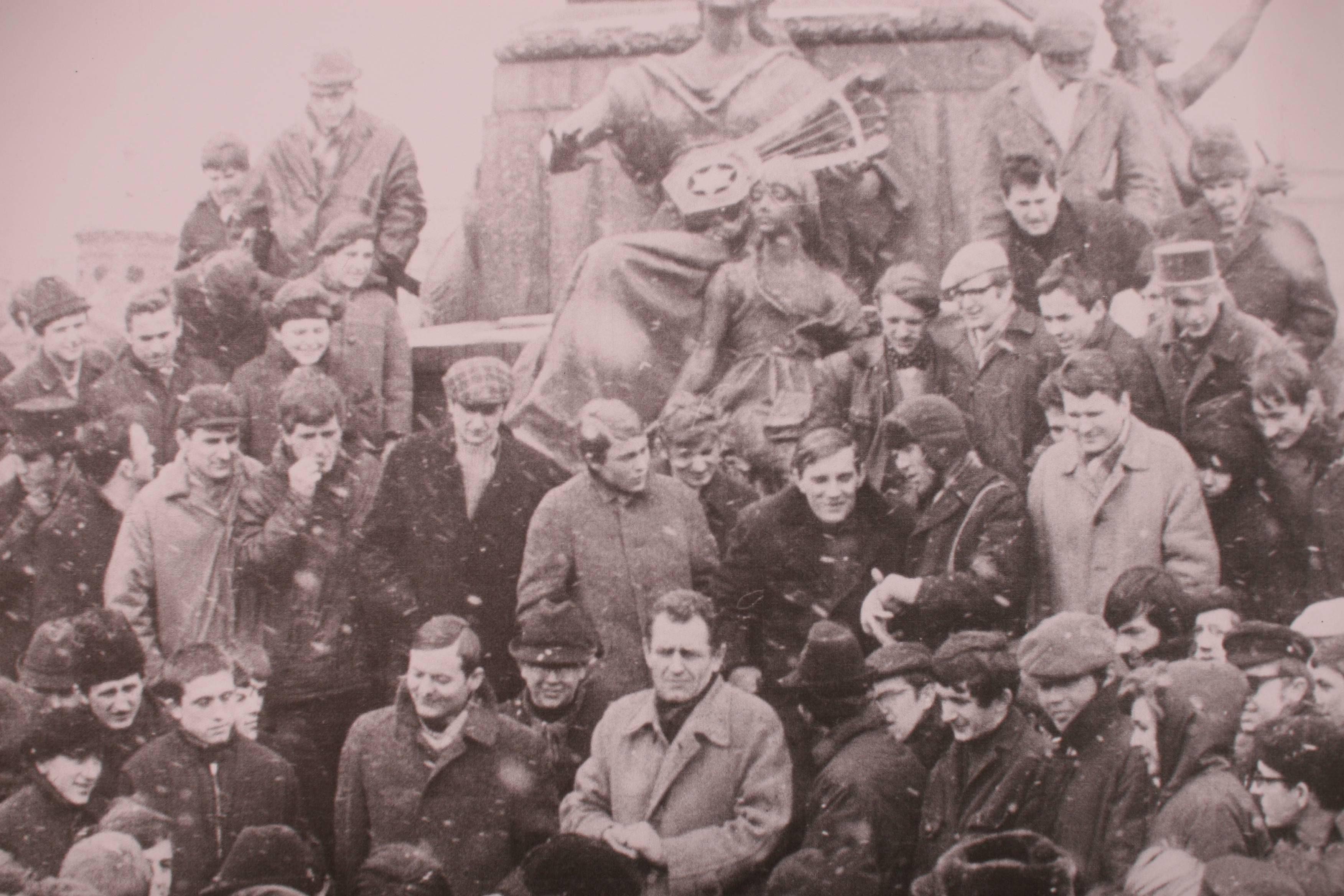 Wystawa 'Marzec 1968 w Krakowie'. Reprodukcja zdjęcia 'Manifestacja na Rynku Głównym, 11 marzec 1968' (fot. Michał Łepecki / Agencja Gazeta)