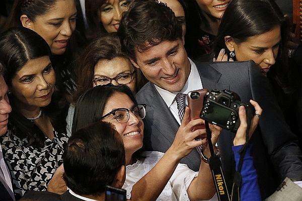"""Trudeau jest w Kanadzie trochę jak Windsorowie w Wielkiej Brytanii. """"Jego matka romansowała z Rolling Stonesami i Tedem Kennedym"""""""