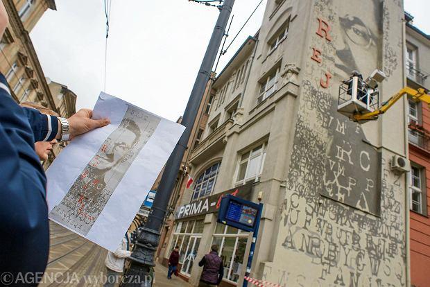 24.10.2016 Bydgoszcz , ostatni etap prac na  muralu Mariana Rejewskiego na ulicy Gdanska 10 .  Fot. Lukasz Antczak / Agencja Gazeta