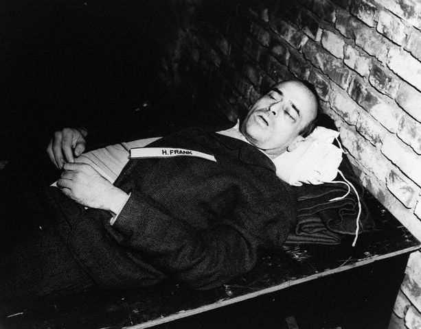 Zwłoki Hansa Franka tuż po egzekucji (fot. Photograph of the US ARmy / Wikimedia.org / Domena publiczna)