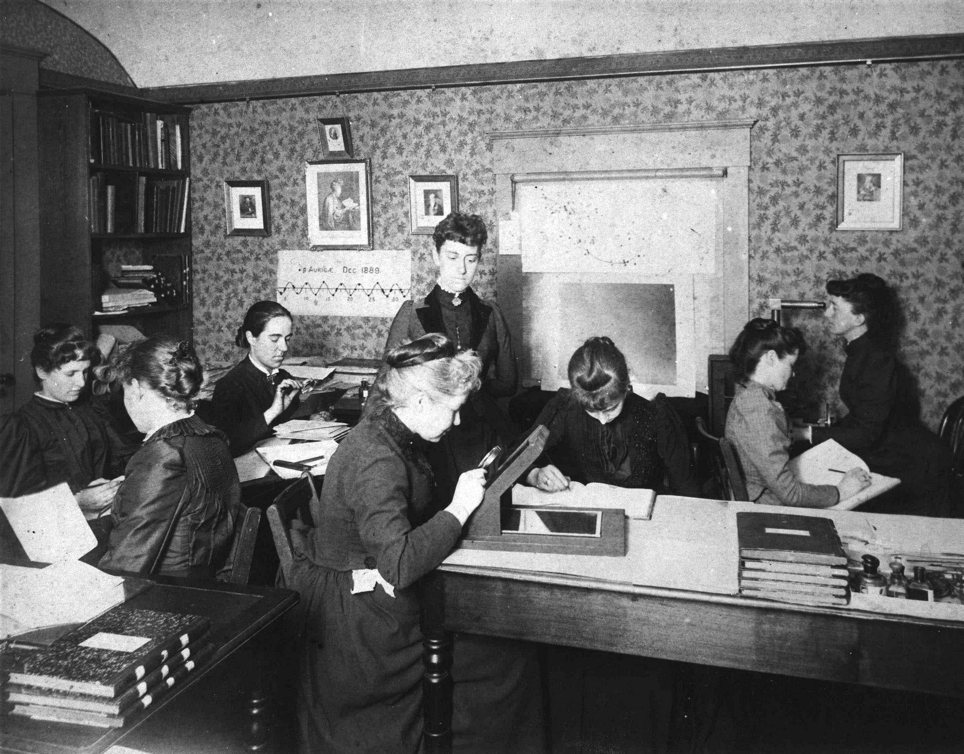 Harwardzkie komputery, około 1890. Trzecia z lewej, z lupą powiększającą to ?ntonia Maury; Williamina Fleming stoi w centrum (fot. Harvard College Observatory / Wikimedia.org / Domena publiczna)