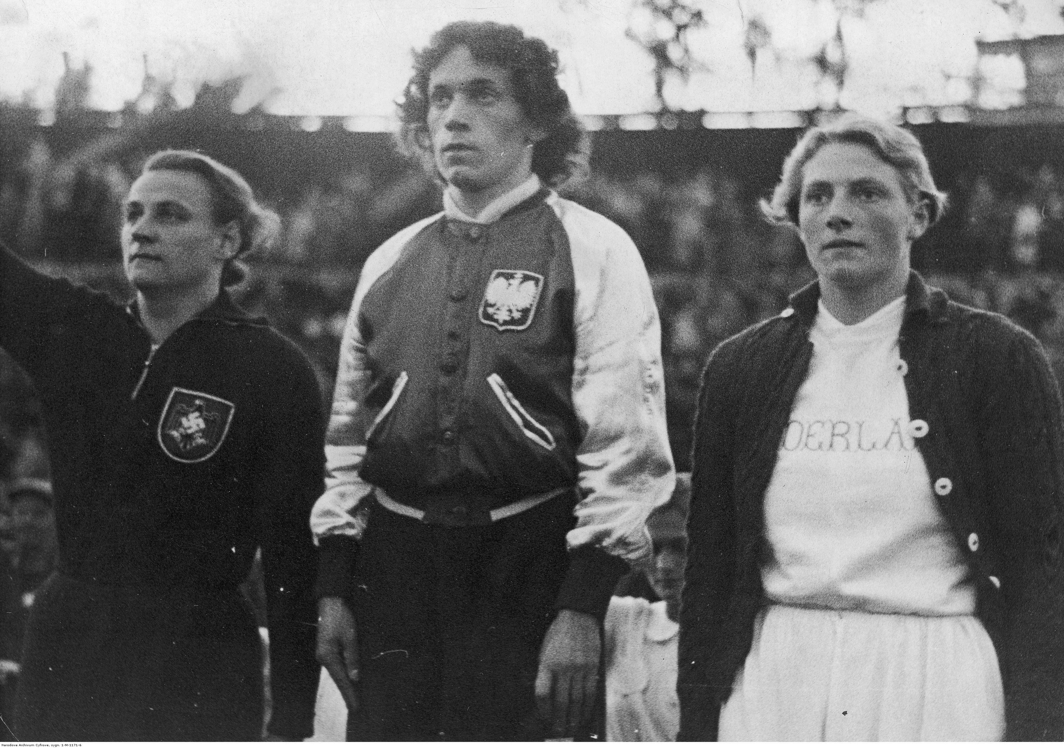 Zwyciężczynie biegu na 100 metrów: Stanisława Walasiewiczówna (złoto, w środku), Niemka Kathe Krauss (srebro) i Holenderka Fanny Blankers-Koen (brąz) na podium. II Mistrzostwa Europy w Lekkoatletyce (dla kobiet) w Wiedniu, 1938 r. (fot. Narodowe Archiwum Cyfrowe)