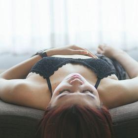 Śpisz w biustonoszu, bo myślisz, że dzięki temu nie obwisną ci piersi? To błąd