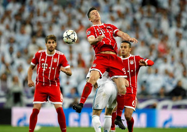 Bayern's Robert Lewandowski heads a ball during the Champions League semifinal second leg soccer match between Real Madrid and FC Bayern Munich at the Santiago Bernabeu stadium in Madrid, Spain, Tuesday, May 1, 2018. (AP Photo/Paul White) SLOWA KLUCZOWE: XCHAMPIONSLEAGUEX